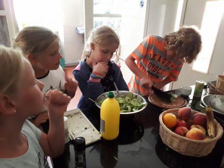 Reitkinder beim Kochen